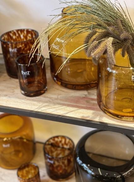 Regal mit Keramik und Gläser